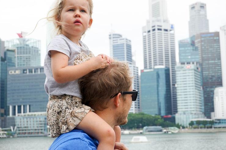 Vera och pappa Henrik upplever Singapore.