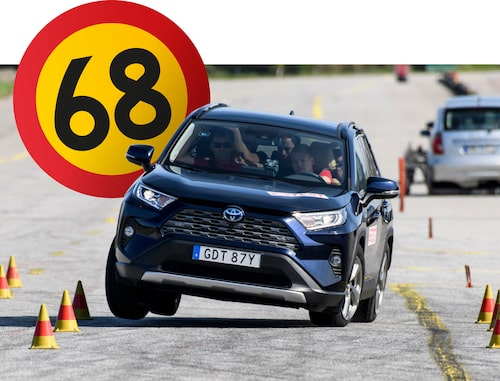 The blue reference car has the same specifications as the white car, and behaves just as poorly. After much effort and great hassle we manage to reach 68 km/h (42 mph) which is not an approved speed in the moose test. For example, Kia Sorento manages 78 km/h together with safe and easy driving in the moose test.