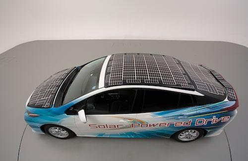 Huv, tak och baklucka är täckta av de effektiva solcellerna.