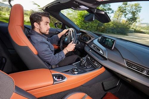 Den progressiva styrningen, som beroende på körläge och hastighet varierar i utväxling, svarar mycket bra och låter en placera den nästan två meter breda bilen precis där man vill.