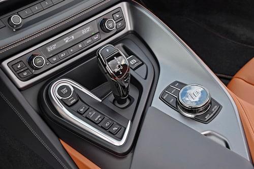 Typisk BMW-layout. Smidigt att hantera och relativt lättbegripligt. Sportläget aktiveras genom att föra växelväljaren åt vänster.
