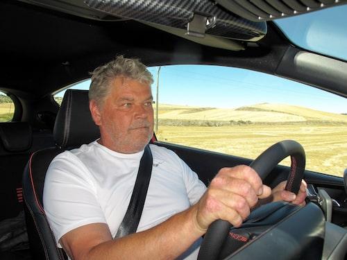 Jonas skänker en tacksamhetens tanke till den som uppfann luftkonditioneringen, liksom till chassiavdelningen hos Ford då nya Fiesta är en riktig kurvkramare.