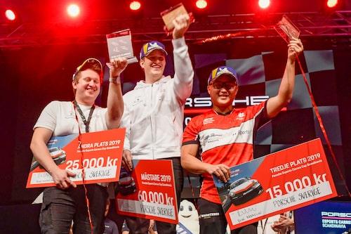 Tre lyckliga pristagare. Till vänster tvåan Tobias Olsson, till höger trean Kimmy Larsson och i mitten segraren Mattias Stahre.