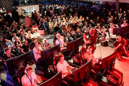 På scen sitter de tolv finaldeltagarna i de fina riggarna. Publiken fyller lokalen.