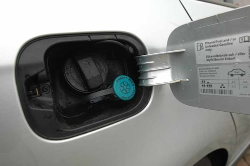 Innanför tanklocket får man infromation om de tre sorters bränslen bilen kan tankas med.