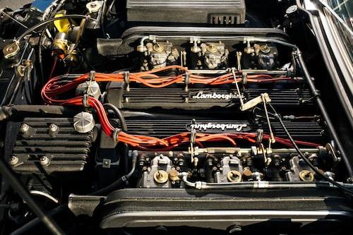 Lamborghinis V12-motor är underskönt installerad. Sex förgasare pumpar in drickat i cylindrarna. Samma motor satt i Lamborghini Miura och Islero.
