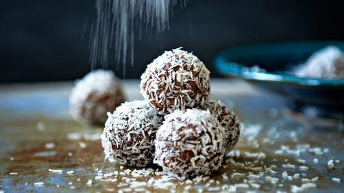 Recept på chokladbollar. Rulla dem i kokos eller pärlsocker.