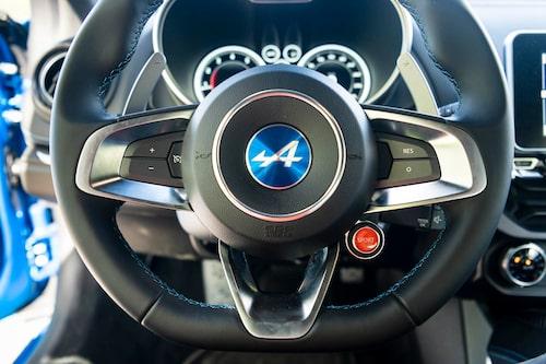 Den röda knappen startar inte bilen men växlar mellan körlägena Normal och Sport.
