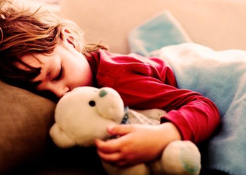 Stanna hemma minst en dag extra efter att febern försvunnit. Både små och stora kroppar behöver vila för att återhämta sig.