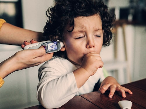 Om barnet har hosta i kombination med feber som inte avtar efter fyra dygn ska du söka vård.