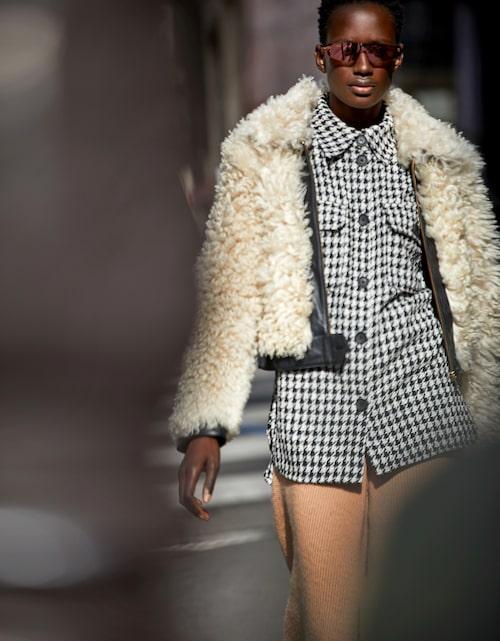Jacka av skinn, 7000 kr, Tommy Hilfiger x Zendaya. Hundtandsmönstrad skjorta av polyester/bomull, 399 kr, H&M. Stickade byxor av ull, 890 kr, Cos. Solglasögon av metall, 1670 kr, Emporio Armani.