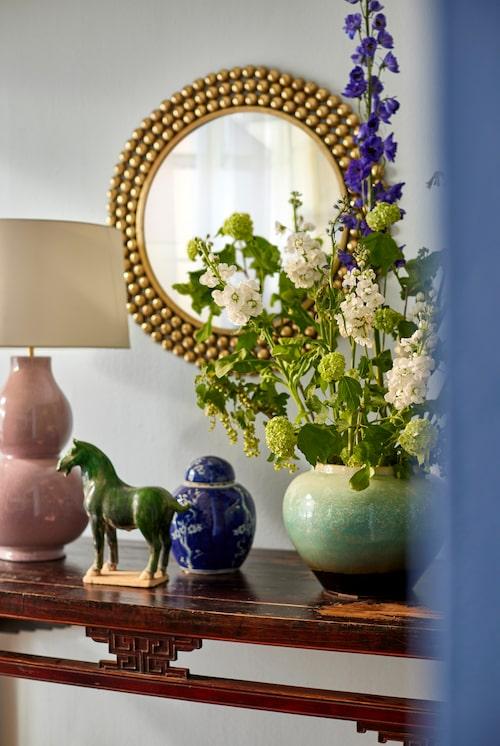Kinesiskt konsolbord, grön urna, blå ingefärskruka, allt Walles & Walles. Grön keramikhäst, Familjen Fogelmarck, keramiklampa, Vaughan Cadoro och spegel Oscar & Clothilde.