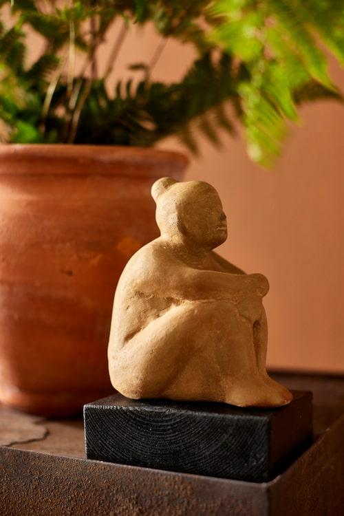 Skulptur av sittande dam, av Anne Nilsson, Gad.