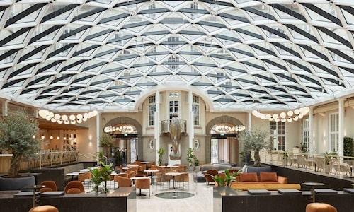 Det femstjärniga hotellet har 390 hotellrum och sviter, restaurang, bar och gym.