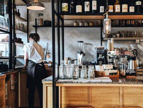 Njut av en fika på kaféet Mirabelle.
