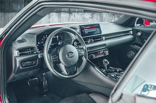 Visst har Toyota fått till en egen stil på interiören, men det är tydligt att det är en BMW i grunden. Se exempelvis rattspakarna och -knapparna, radiodelen samt mittkonsolen med växelväljaren och det så BMW-typiska iDrive-vredet.