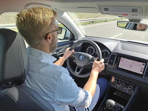 Karoq beter sig som en något mindre och stötigare bil än Kodiaq, men är samtidigt inte lika skarp i styrningen och alert i hjulupphängningarna som Seat Ateca.