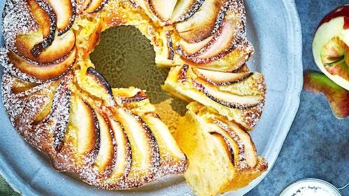 Saftig och hållbar mjuk kaka med massor av goda tunna äppelskivor.