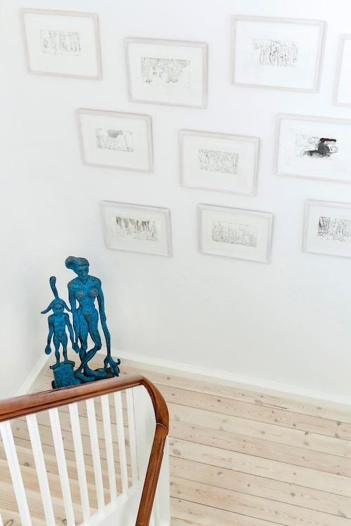 Vid trappan står en skulptur av Bjørn Nørgaard. De inramade teckningarna har Bjørns hustru Lene Adler Petersen gjort.
