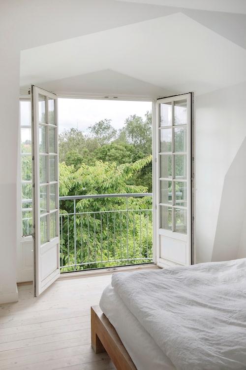 Ett sovrum med utsikt. Familjen njuter storligen av att bo mitt i grönskan. Och ändå är det bara en kvart från centrala Köpenhamn.