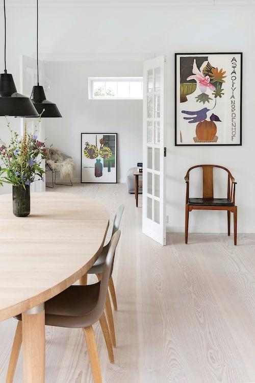 Att omge sig med trä känns naturligt för Jakob Mielcke. Och designklassiker som Wegners Kinastol och taklampor från Louis Poulsen sätter förstås stilen.