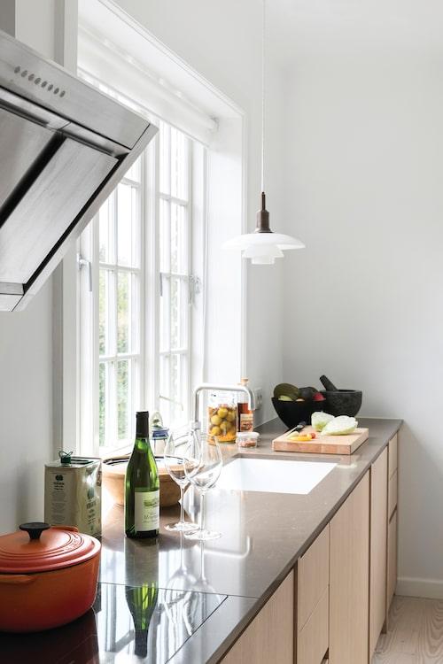 Kockens drömkök kommer från Kvänum. Över diskbänken hänger en PH-pendel.