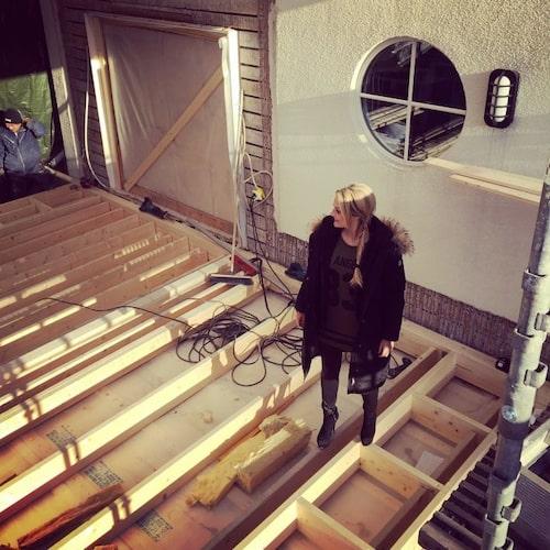 """""""Många väggar åkte ner för att skapa mer yta och öppen planlösning. Och även en utbyggnad för att få det som vi ville."""""""