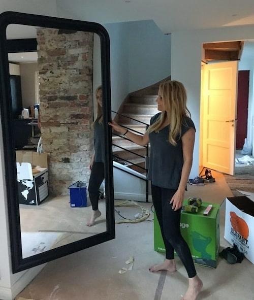 """""""I stället för en tråkig dörr eller lucka för att dölja el och nätverk så gjorde jag en lönndörr av en spegel, blev riktigt nöjd med det faktiskt!"""""""