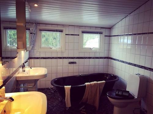 """""""Vi har själva ritat vårt badrum på datorn och planerat in en bastu som kommer att ha glasväggar och en vägg med tvättställ på ena sidan och ett egenbyggt badkar. Vi håller fortfarande på och undersöker om det ens är möjligt att göra detta utan att gjuta en form vilket är väldigt kostsamt."""""""