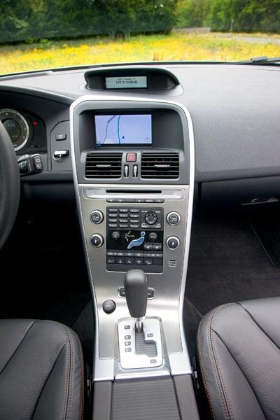 Interiören i XC60 i det gamla utförandet med två skärmar.