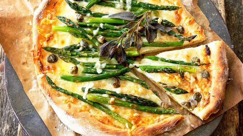 Recept på grön sparrispizza.