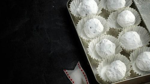 Gott recept på jultryfflar med rommarinerade katrinplommon, som är en trevlig julklapp att ge bort.