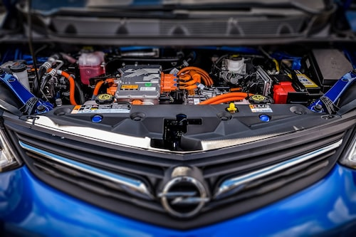 En styck elmotor som serverar 150 kW (204 hk) och 360 Nm.