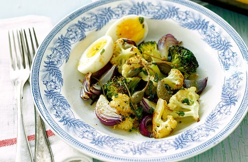 Recept på ugnsrostade grönsaker med brynt salvia- och kaprissmör.
