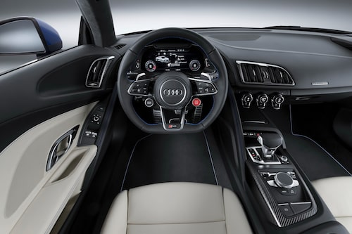 12,3 tum stor skärm framför föraren visar bilens status och mycket annat nyttigt.