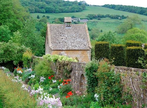 Snowshill Manor i Gloucestershire. Här finns mängder av rosor i fantastiska miljöer.