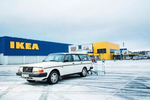 """""""En bil som heter Ingvar"""" platsar som titel på en eventuell kommande film om Volvo 245. Än har dock inte sista Ikea-lasset körts med 245 Turbo."""