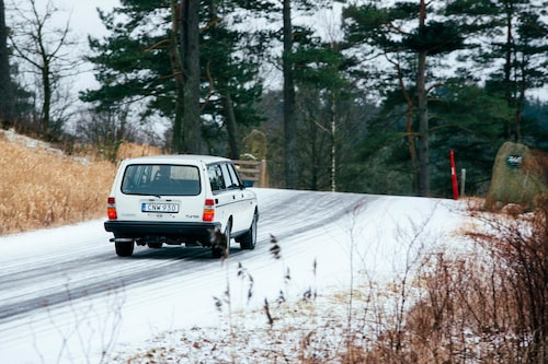 245:ans rakryggade bakdel sliter fortfarande ont i Sverige, men bilarna fasas ut i rask takt. Turbomodellen har dock redan fått sin klassikerstatus.
