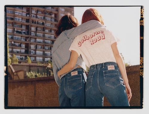 Golborn Road by Bay Garnett är en kapselkollektion som innehåller åtta plagg inspirerade av västra London på 90-talet – ett årtionde som uppmuntrade till ett nytt sätt att klä sig genom att mixa högt och lågt med vintage och design.