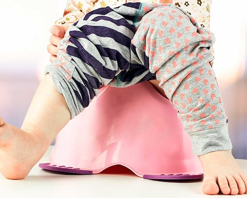 Låt pottan stå där barnet leker under de första dagarna av potträningen.