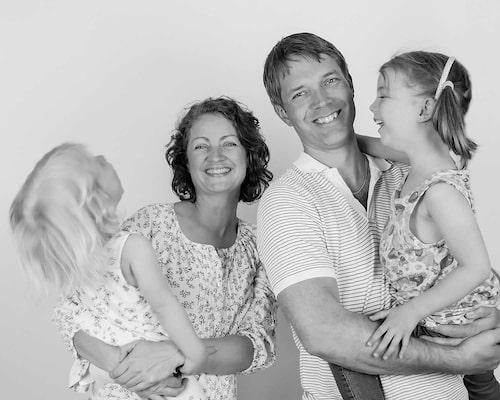 För att få dottern Stella (t.h) blöjfri utvecklade Sofia och Michael Bergenstjerna en metod för snabb potträning. Med på bilden är också lillasyster Alice.