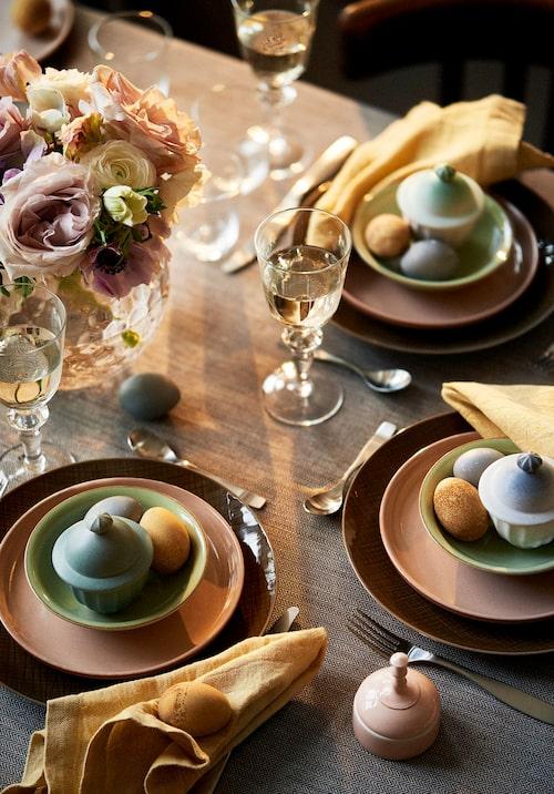Att färga äggen i samma toner som resten av dukningen blir mycket effektfullt.De här äggen är färgade med blåbärssoppa och te.