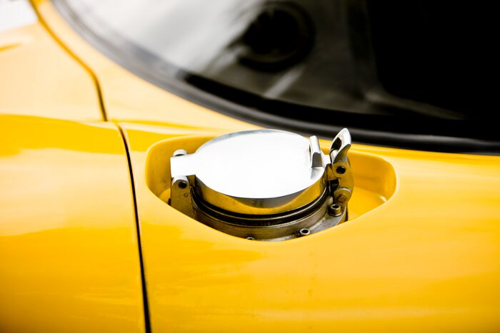 Snabbtanklock i aluminium leder till de två tankarna som tillsammans rymmer blott 55 liter. Blir många stopp på väg till Le Mans.