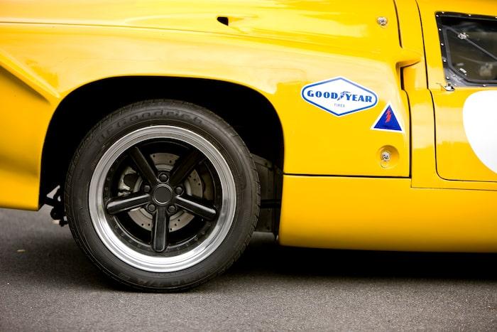 Högre markfrigång än racerbilarna är ett måste, annars tar man sig inte fram. 17-tumshjulen är ett modernt avsteg.