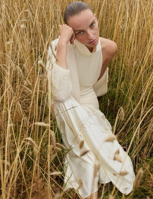 Klänning med hög krage av silke, pris vid förfrågan, Viktoria Chan. Stickad kofta med knappar av alpacka/ull, 2 495 kr, Rodebjer.