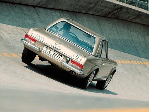 I coupéutförande har 230 SL en lätthet i linjerna som matchas av få liknande sportbilar. Taket med sina utsvängda sidor påminner om österländska byggnader med liknande takform och det är från dessa 230 SL har fått sitt allmänt vedertagna smeknamn Pagoda.