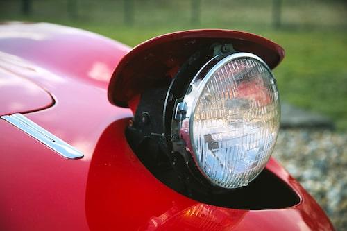Uppfällbara strålkastarare var som ett framtidssigill under senare delen av 1960-talet. Fast bilen är mycket snyggare med ögonen nere.