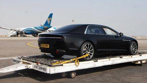 Främre halvan påminner om Maserati Quattroporte.