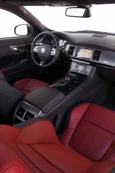 Förarmiljön är i stort densamma som i vanliga Jaguar XF, men R har fått röda mätarnålar, sportstolar och andra klädselalternativ.