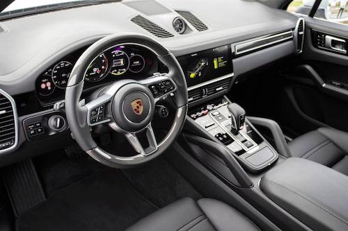 Kolfiberinlägg i ratten är inte standard. Det mesta kostar som vanligt extra till Porsche.